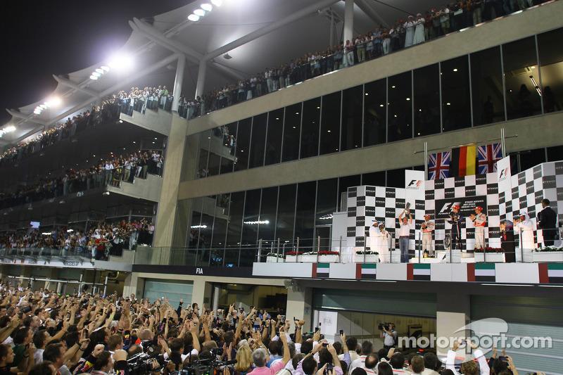 Podyum: Yarış galibi ve 2010 Formula 1 Dünya Şampiyonu Sebastian Vettel, Red Bull Racing, kutlama ya