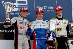 Davide Valsecchi viert zijn overwinning op het podium met Luiz Razia en Romain Grosjean