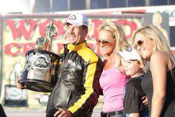 Greg Anderson et sa famille célèbrent sa victoire au Full Throttle Energy Drink Pro Stock 2010 Championship