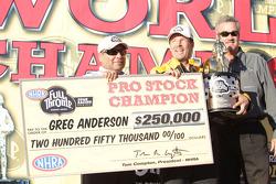 Greg Anderson viert zijn overwinning in Full Throttle Energy Drink Pro Stock 2010 Championship