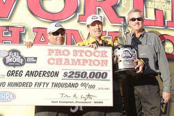 Greg Anderson célèbre sa victoire au Full Throttle Energy Drink Pro Stock 2010 Championship