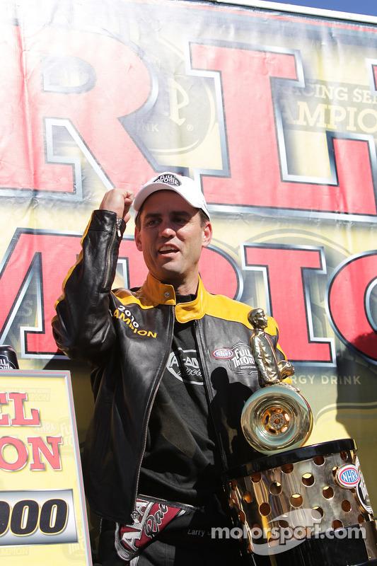 Larry Dixon viert feest na het winnen van zijn vijfde Top Fuel Championship
