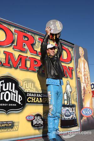 LE Tonglet soulève son trophée après avoir remporté son premier championnat du monde de Pro Stock Mo