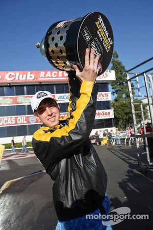 LE Tonglet soulève son trophée après avoir remporté son premier championnat du monde de Pro Stock Motorcycle