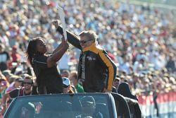 John Force célèbre avec la foule à l'Auto Club NHRA Finals