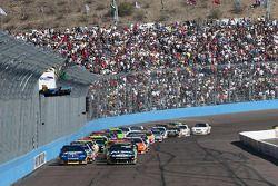 Restart: Carl Edwards, Roush Fenway Racing Ford et Kurt Busch, Penske Racing Dodge mènent le peloton