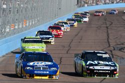 Kurt Busch, Penske Racing Dodge et Carl Edwards, Roush Fenway Racing Ford