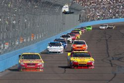 Marcos Ambrose, JTG Daugherty Racing Toyota et Kevin Harvick, Richard Childress Racing Chevrolet