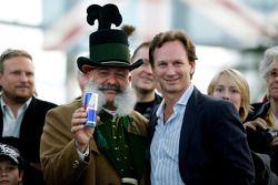 Teambaas Christian Horner met traditionele Oostenrijker