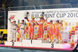 Podium GT300: Tetsuya Tanaka et Katsiyuki Hiranaka, vainqueurs, avec Kazuki Hoshino, Masataka Yanagida, Takuto Iguchi et Yuji Kunimoto
