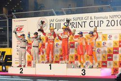 Podium GT300: Tetsuya Tanaka et Katsiyuki Hiranaka, vainqueurs, avec Kazuki Hoshino, Masataka Yanagi