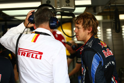 Pirelli staff ve Sebastian Vettel, Red Bull Racing