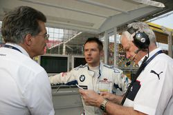 Dr. Mario Theissen, Andy Priaulx, BMW Team RBM BMW 320si and Andreas Bello, Engineer BMW Motorsport