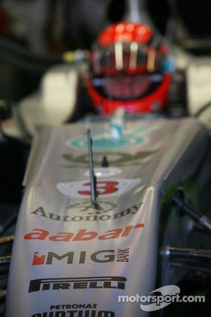 Pirelli sur le museau de la Mercedes