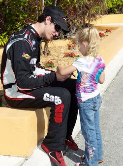 Polepositie Joey Logano met jonge fan