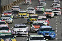Start Race 1, Andy Priaulx, BMW Team RBM BMW 320si, Andre Couto, SR-Sport Seat Leon 2.0 TDI, Darryl