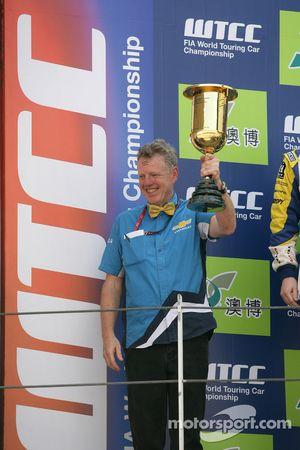 Podium Race 1. Eric Neve, Chevrolet teambaas