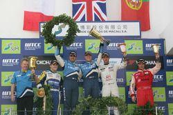 Podium Race 1, Eric Neve, Zengo-Dension Team SEAT Leon 2.0 TDI, 2de Yvan Muller, Chevrolet, Chevrole