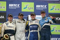 Podium Race 2, Winner Independent Trophy Sergio Hernandez, Scuderia Proteam Motorsport BMW 320si, 2