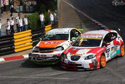 Crash between Darryl O'Young, bamboo-engineering Chevrolet Lacetti and Fredy Barth, SEAT Swiss Racing by SUNRED SEAT León 2.0 TDI