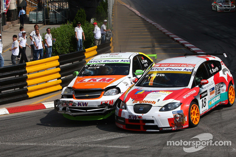 Crash tussen Darryl O'Young, bamboo-engineering Chevrolet Lacetti en Fredy Barth, SEAT Swiss Racing