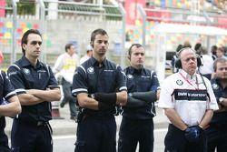 Mechanics of BMW Team RBM wachting the Warmup- WTCC, Macau, China, Rd. 21-22