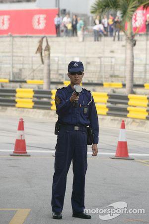 Un policier vérifie la vitesse dans les stands