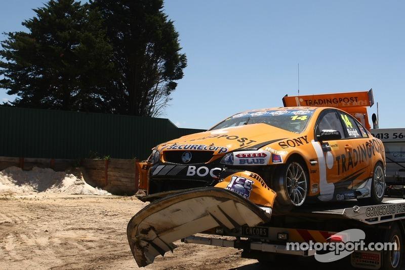 Auto van Jason Bright na een hevige crash in de training