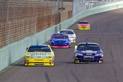 Travis Kvapil, Front Row Motorsports with Yates Racing Ford en Andy Lally, TRG Motorsports Chevrolet