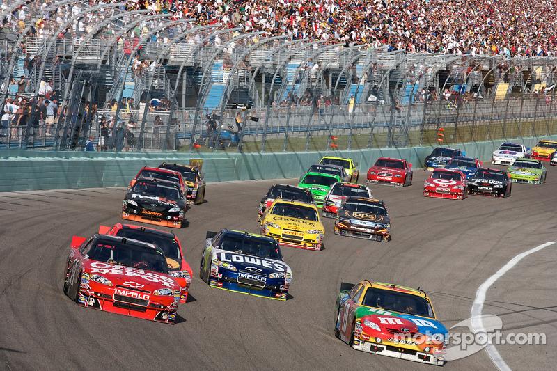 Tony Stewart, Stewart-Haas Racing Chevrolet en Kyle Busch, Joe Gibbs Racing Toyota