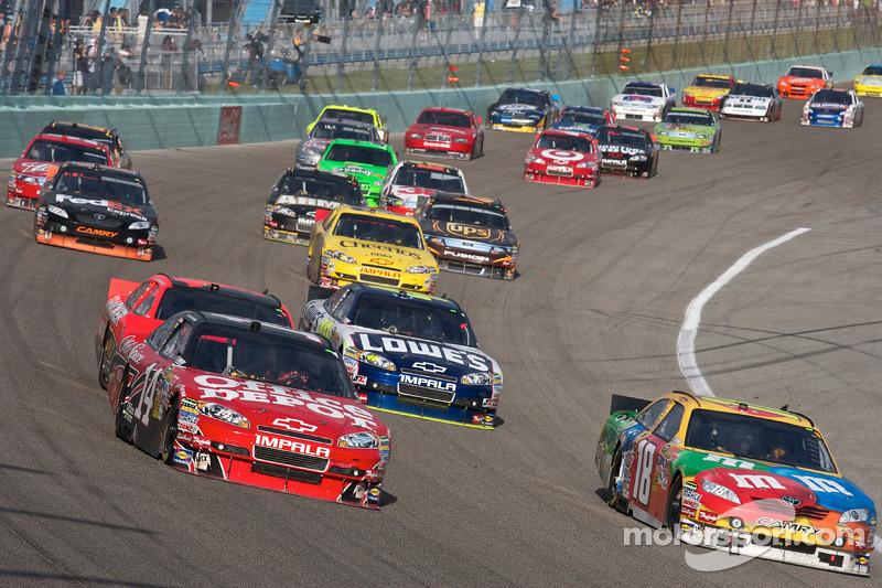 Kyle Busch, Joe Gibbs Racing Toyota and Tony Stewart, Stewart-Haas Racing Chevrolet lead the field
