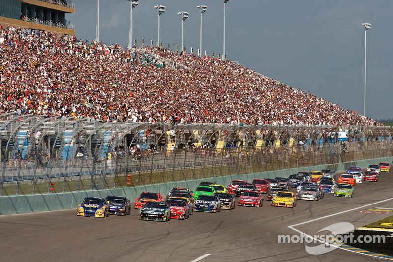 Carl Edwards, Roush Fenway Racing Ford en Martin Truex Jr., Michael Waltrip Racing Toyota voert het