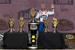 Jimmie Johnson dengan lima trofi NASCAR Cup Series
