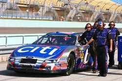La voiture et les mécaniciens de Ricky Stenhouse Jr.