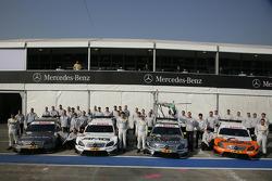 Photo de groupe, Mercedes Team HWA : Bruno Spengler (Team HWA AMG Mercedes C-Klasse), Paul di Resta (Team HWA AMG Mercedes C-Klasse), Ralf Schumacher (Team HWA AMG Mercedes C-Klasse) et Gary Paffett (Team HWA AMG Mercedes C-Klasse)