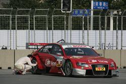 Mike Rockenfeller (Audi Sport Team Phoenix Audi A4 DTM) surveille sa voiture