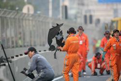 Marshalls ramasse des éléments de la voiture de Timo Scheider (Audi Sport Team Abt Audi A4 DTM)