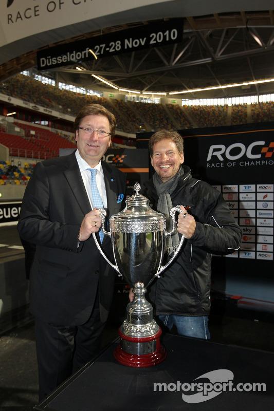 Draw for the race order: mayor of Düsseldorf Dirk Elbers and ROC organiser Frederik Johnson