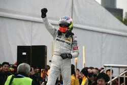 Paul di Resta (Team HWA AMG Mercedes C-Klasse), champion de la DTM 2010, célèbre sa performance