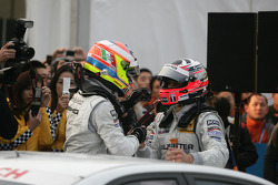 Paul di Resta (Team HWA AMG Mercedes C-Klasse), champion de la DTM 2010, célèbre sa performance avec Gary Paffett (Team HWA AMG Mercedes C-Klasse), vainqueur de la course