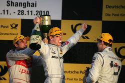 Podium : Gary Paffett (Team HWA AMG Mercedes), vainqueur ; Paul di Resta (Team HWA AMG Mercedes), deuxième, et Timo Scheider (Audi Sport Team Abt), troisième