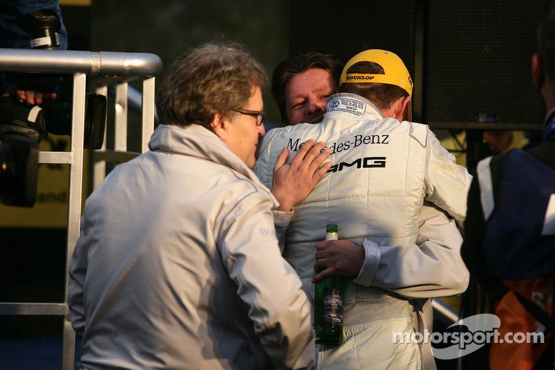 Paul di Resta (Team HWA AMG Mercedes), champion DTM 2010, célèbre sa victoire