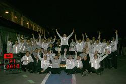 Paul di Resta (Team HWA AMG Mercedes), champion DTM 2010, célèbre sa victoire avec son équipe