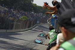 #2 Vitaphone Racing Team Maserati MC12: Alexenre Negrao, Enrique Bernoldi passeert de finishvlag