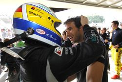 Race winnaar Enrique Bernoldi viert met Michael Bartels