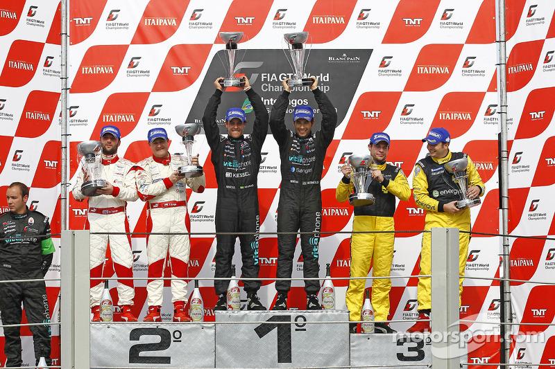 Podium: race winnaars Alexandre Negrao en Enrique Bernoldi, 2de Darren Turner en Tomas Enge, 3de Mar