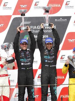 Podium: race winnaars Alexandre Negrao en Enrique Bernoldi