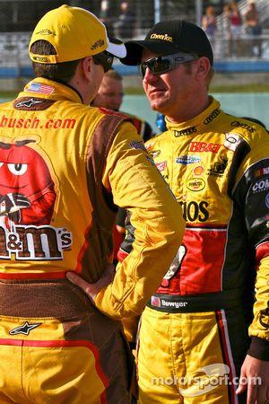 Kyle Busch, Joe Gibbs Racing Toyota et Clint Bowyer, Richard Childress Racing Chevrolet