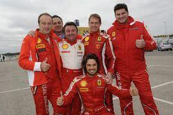 Рене Арну в окружении других участников Мирового финала Ferrari