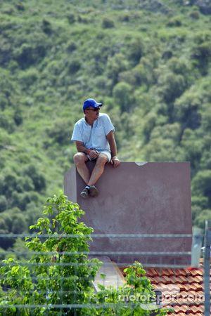 Un fan surveille l'activité du paddock